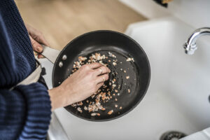 Eierschalen als Pfannenreiniger